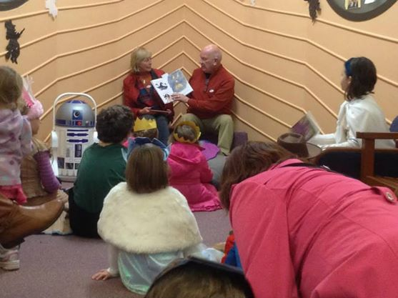 Lois & Bruce Hagen reading to children